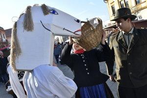 Maska koňa počas fašiangovej slávnosti na námestí v Brezovej pod Bradlom.