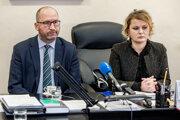 Hlavná kolektívna vyjednávačka Odborového zväzu (OZ) KOVO Monika Benedeková (vpravo).