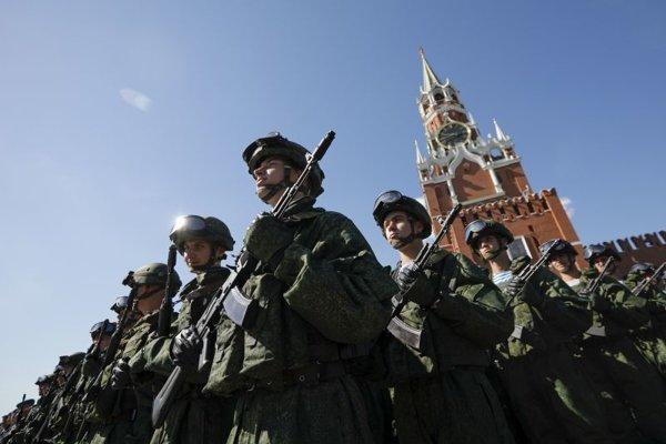 Ruskí výsadkári stoja nastúpení na Červenom námestí počas osláv Dňa výsadkárov.