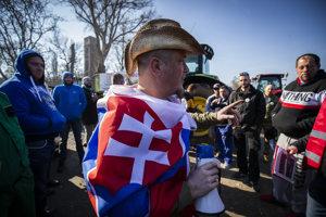 Protestujúci farmári na Tyršovom nábreží v Bratislave.
