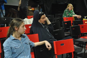 Študenti pracujú pod vedením herca DAB v Nitre Petra Oszlíka.