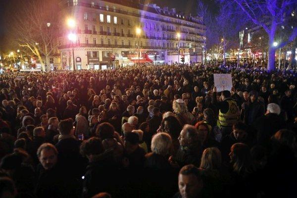 Zhromaždenie proti antisemitizmu v Paríži.