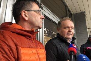 Zľava člen predsedníctva OZ KOVO Ján Šlauka a člen predsedníctva OZ KOVO Jozef Balica stoja pred budovou firmy I.C.A., s.r.o., vo Svidníku.