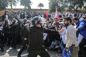 Polícia v Maroku zasahovala proti demonštrantom.