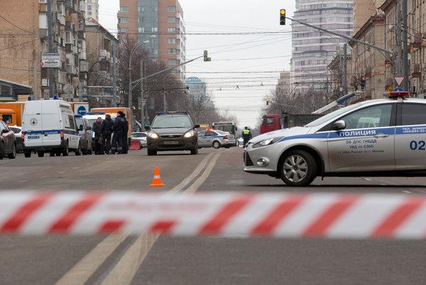 Žena sa s hlavou dieťaťa pohybovala po uliciach Moskvy.