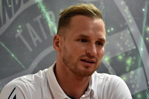 Nehrajúci kapitán Martin Straňovský sleduje spoluhráčov stále ešte iba z hľadiska.