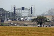 Robotníci pripravujú pódium pre koncert Venezuela Aid Live.