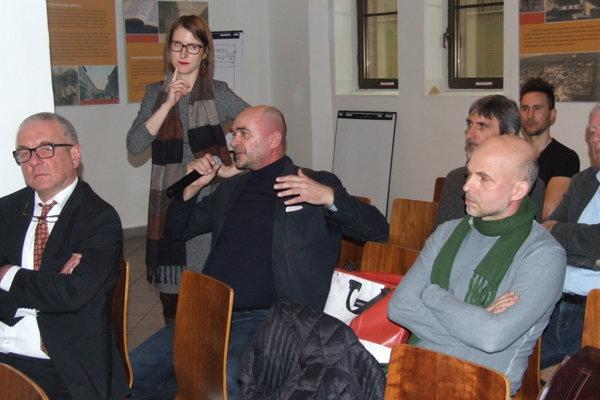 Diskutuje architekt Viktor, pri ňom stojí moderátorka konferencie Milota Sidorová.