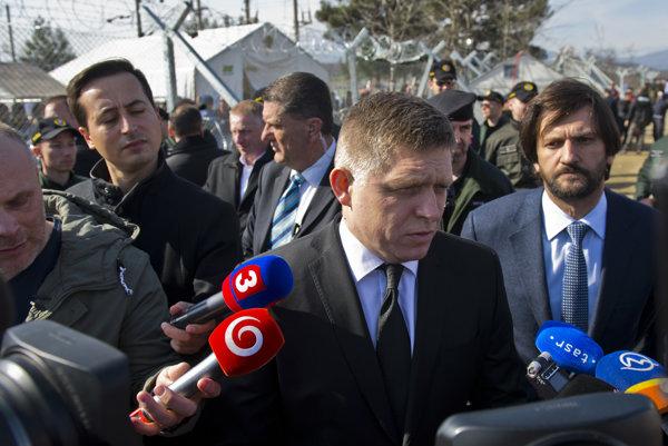 Fico a Kaliňák obhliadajú hranicu.