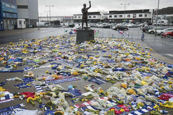 Kvety pred štadiónom anglického futbalového klubu Cardiff City na pamiatku zosnulého Emiliana Salu v Cardiffe 8. februára 2019.