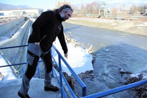 Andrej Súľovský ukazuje, kde stojí rybovod.