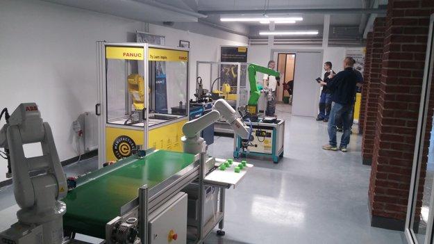 Robotické pracovisko na partnerskej nitrianskej škole DSA.