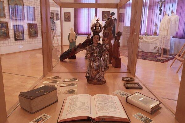 Výstava sa tematicky zameriava predovšetkým na prezentáciu liturgických a iných náboženských predmetov týkajúcich sa katolíckej viery.