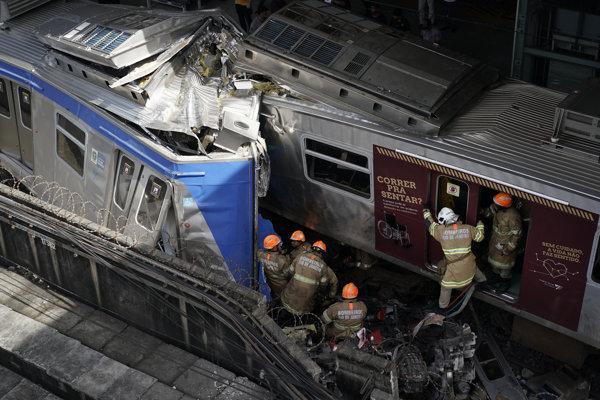 Záchranná akcia po zrážke vlakov v Riu de Janeiro.