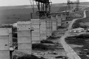 Na archívnej snímke zo 6. júla 1989 diaľničný viadukt pri Hybiach.