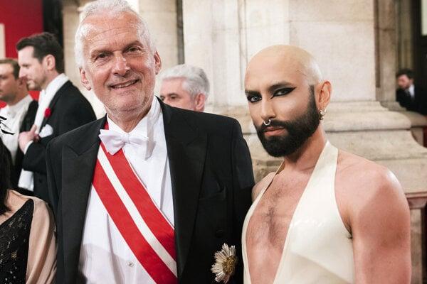 Rakúsky minister spravodlivosti Josef Moster a rakúska umelkyňa Chonchita Wurst.