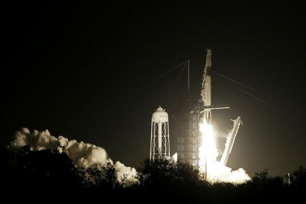 Štart rakety Falcon 9 s kapsulou Crew Dragon.