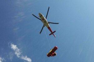 Záchranársky vrtuľník sa vrátil po zraneného i lekára.