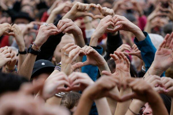 Ľudia rukami naznačovali tvar srdca.