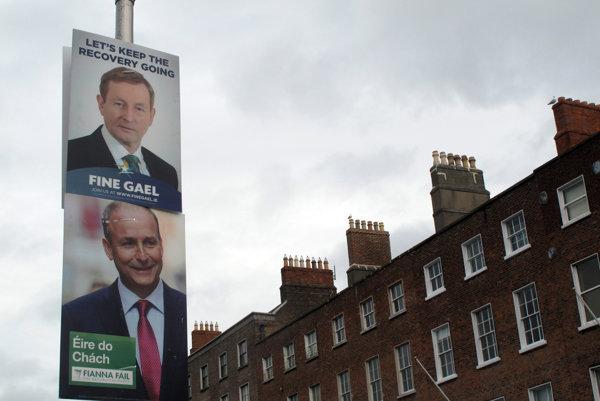 Plagáty lídrov Enda Kennyho (Fine Gael) a Micheala Martina (Fianna Fail).