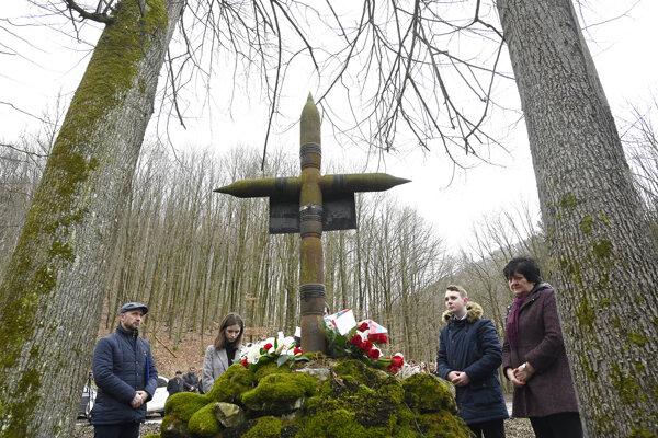 Symbolický kríž na mieste tragédie je zhotovený z projektilov delostreleckých nábojov.