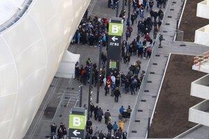 Fanúšikovia prichádzajú na štadión.