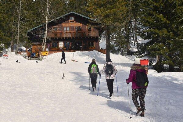 Turisti smerujúci na Zamkovského chatu.