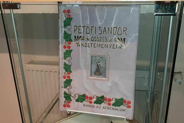 Vyše storočné vydanie básní Sándora Petőfiho.