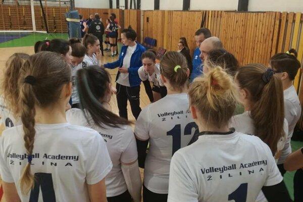 Kadetky Volleyball Academy UNIZA Žilina si presvedčivo poradili s Banskou Bystricou.
