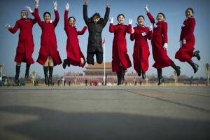 Čínske hostesky sa fotografujú počas otvorenia výročného zasadnutia Celočínskeho zhromaždenia ľudových poslancov v Pekingu.