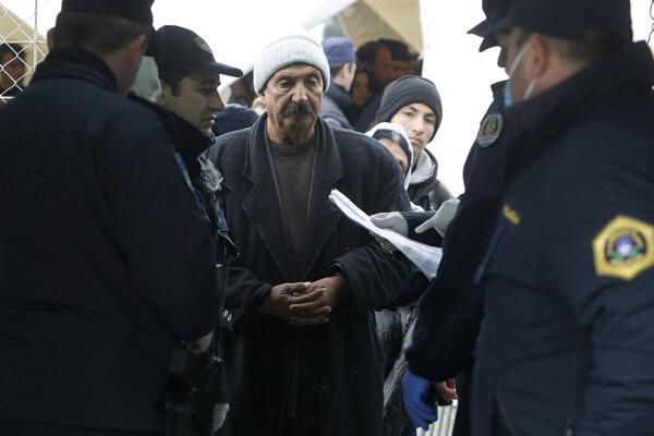 Policajti Chorvátska, Srbska, Macedónska a Slovinska kontrolujú dokumenty migrantom.
