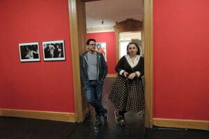 kurátori Ľudmila Kasaj Poláčková a Omar Mirza na výstave Fetiše súčasnosti v Nitrianskej galérii