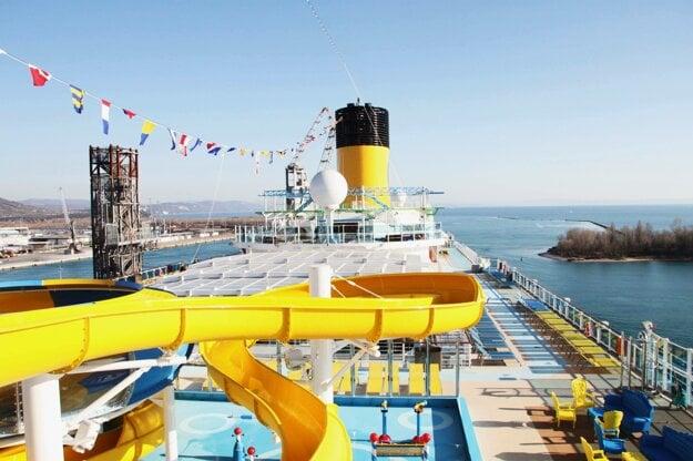 Pohľad na otvorenú palubu Costy Venezie