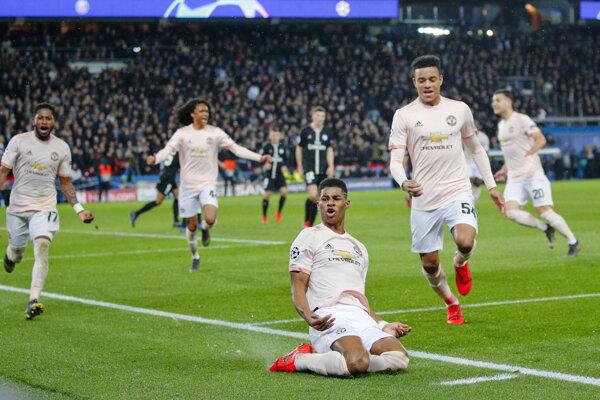 Marcus Rashford (v popredí) oslavuje víťazný gól.
