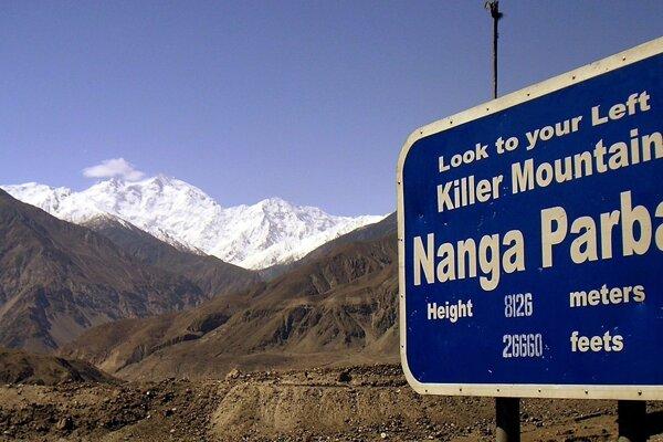 Horolezcov na vrchu Nanga Parbat (8125 m), ležiacom v severnom Pakistane, zastihlo nepriaznivé počasie.