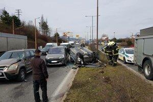 Pri dopravnej nehode na Ulici Košická došlo k zrážke piatich vozidiel.