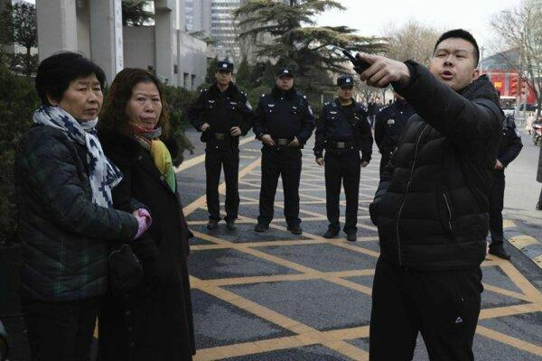 Príbuzný obete letu MH370 protestuje pred minsterstvom zahraničných vecí Pekingu.