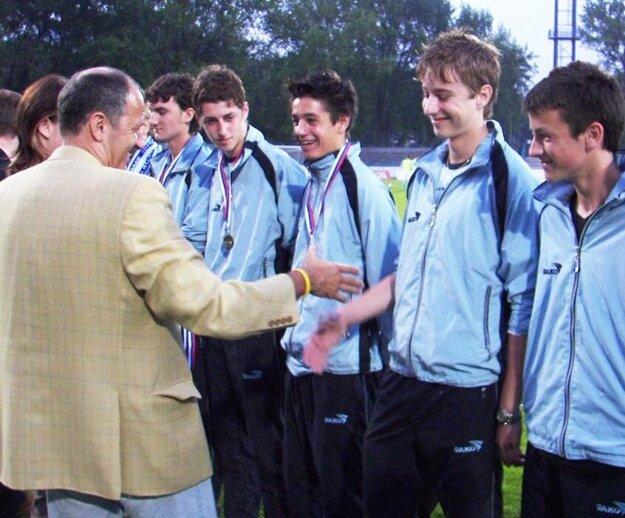Jánovi Gregušovi práve blahoželá jeho otec ako zástupca Slovenského futbalového zväzu.