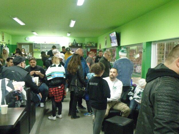 Bufet na zimnom štadióne bol plný záujemcov o autogram a fotku sa hráčmi MHC.