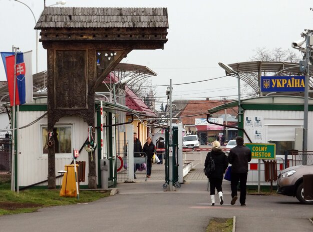 Drevená Brána nádeje, ktorá mala symbolizovať rozdelenie obcí.