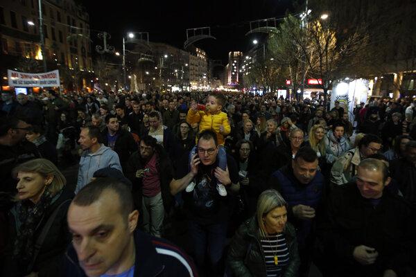 Pochod sa zastavil, aby si účastníci vypočuli prejav Branislava Lečiča.