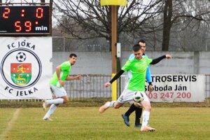 Tomášikovo malo voľno, a tak sa do čela tabuľky dostala Jelka. K výhre 5:0 prispeli aj Erik Nagy (22) a Tomáš Huszár (5).