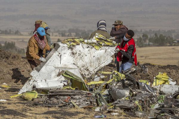 Záchranári prehľadávajú trosky lietadla Etiópskych aerolínií, ktoré sa v nedeľu ráno zrútilo krátko po štarte z letiska v Addis Abebe.
