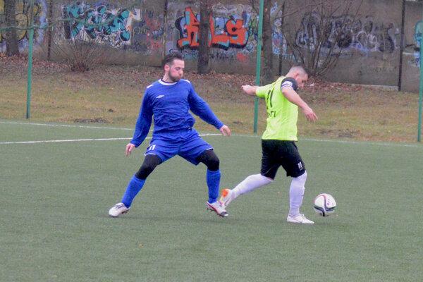 Domáci Martin Zámečník (vpravo) v súboji o loptu s Martinom Horňákom v zápase Očkov-Veľké Bierovce/Opatovce 2:0.