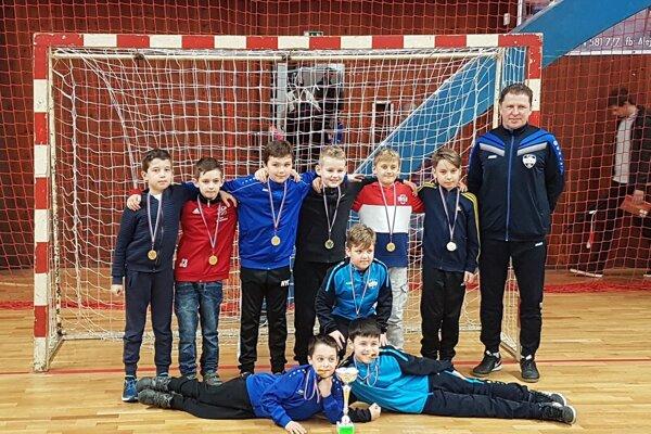 Tretiaci FC Nitra si z Prievidze odniesli medaily a pohár za druhé miesto.