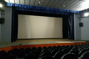Nové plátno kina v Snine, kinosálu zatiaľ nemodernizovali.