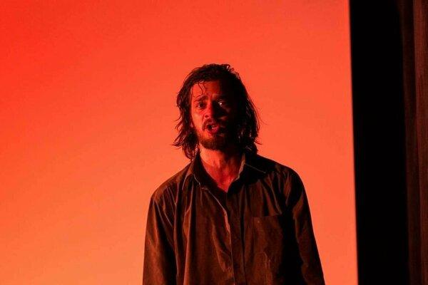 Matej Marušin sa v hre Nepolepšený svätec necháva fyzicky aj psychicky týrať.
