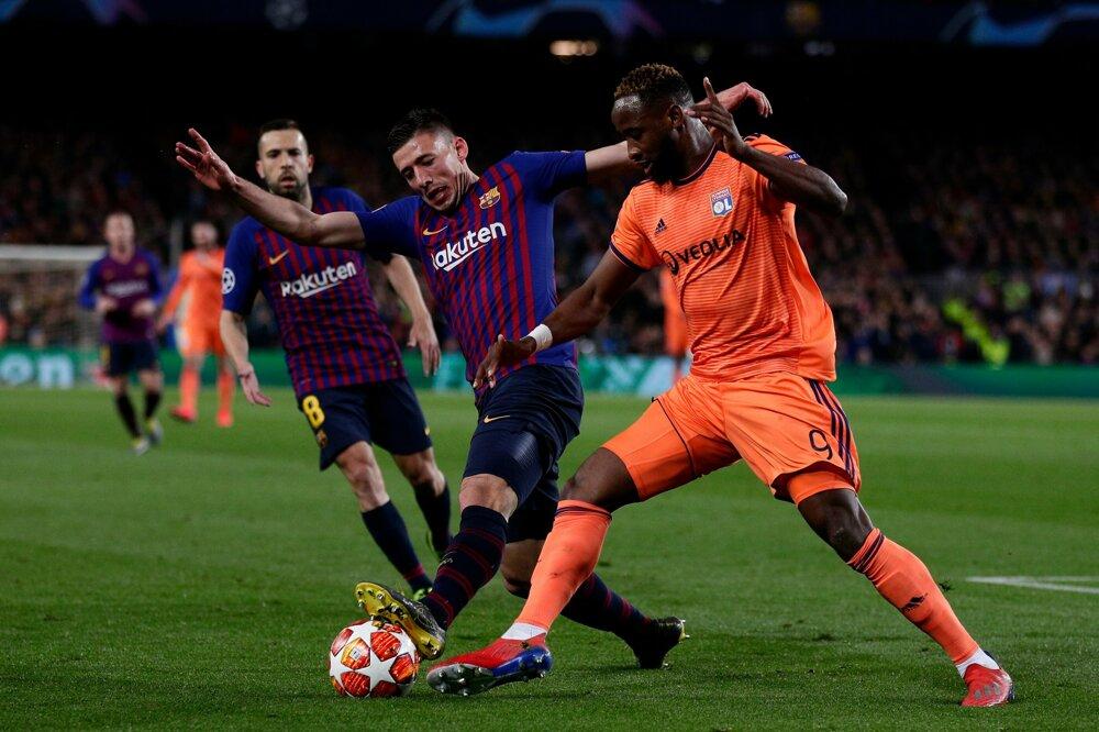 697805f113acd FC Barcelona - Olympique Lyon (Liga majstrov 2018/2019, osemfinále). 16/17.  Zväčšiť Všetky fotky. Moussa Dembele (vpravo) v súboji o loptu s Clementom  ...