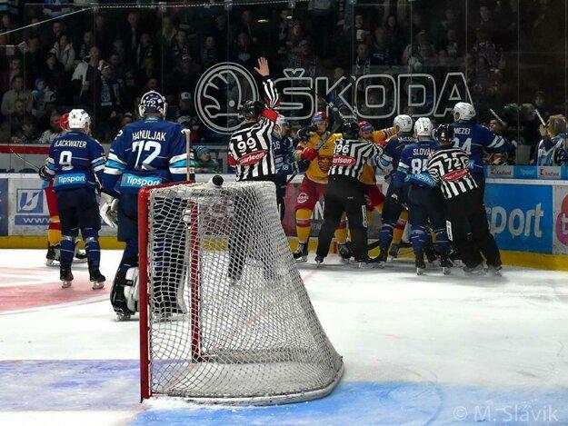 Hokejová mastenica sa čaká aj v piatok a sobotu od 18.00 h v Trenčíne.