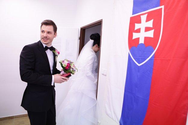 Ženích Ondrej Šulc a nevesta Petra Schönová volili v Dubnici nad Váhom.